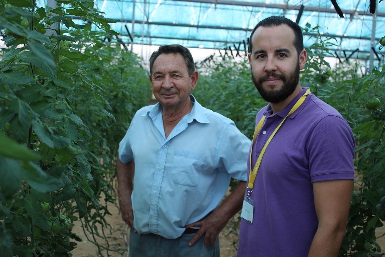 Agricultor mayor y joven intérprete